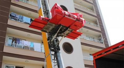 Asansörlü nakliyat için uygun olan binalarda mobil asansör kullanarak eşyalarınızı hem çok hızlı hemde zarar görmeden güvenli bir şekilde taşıyoruz.